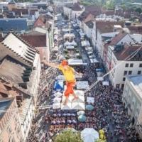 Schauspiel, Spektakel, Sensationen: Der Akrobat Lukas Irmler zu Gast auf dem Schellenbruckplatz!